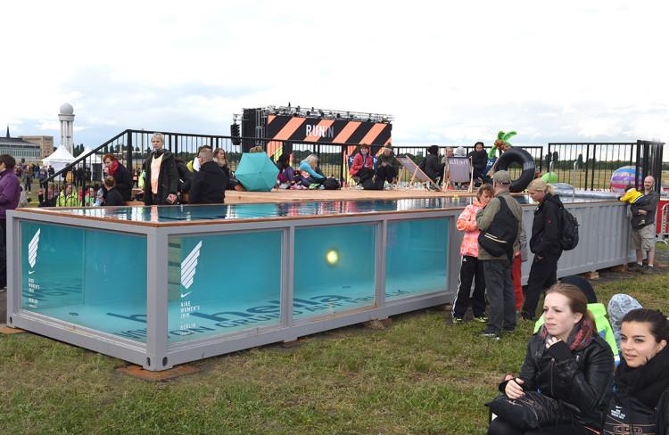 twotimestwentyfeet_nike_Frauenlauf_container pool_2x20ft